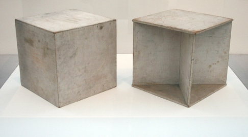 Naum-Gabo-Two-Cubes-Demonstrating-the-Stereometric-Method-Beschilderd-hout